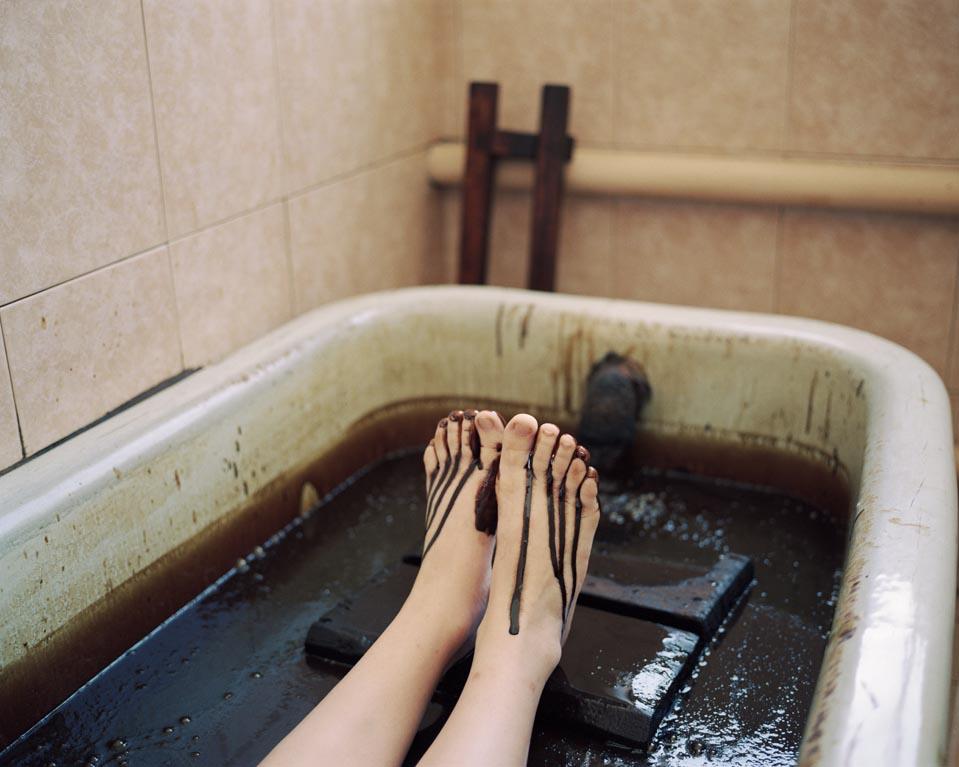 Baño En Tina Del Paciente:mujer se baña en un baño de petroleo en el sanatorio Naftalan, en